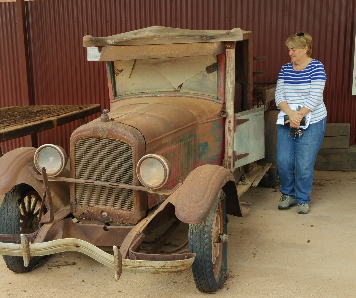 An old Pontiac Ute in Cobar